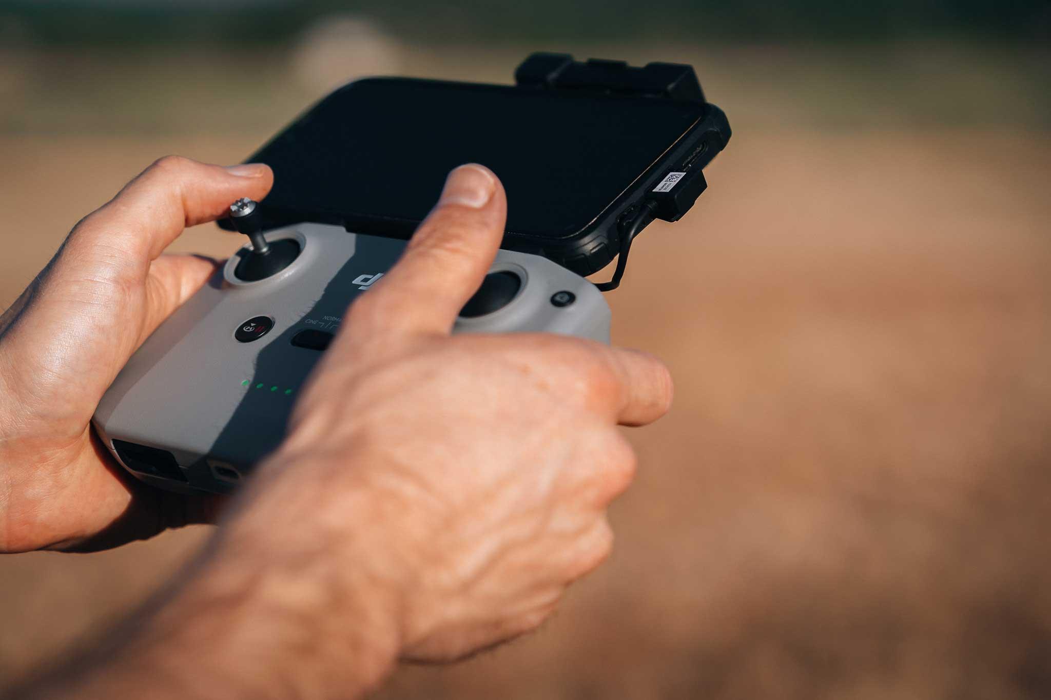 Controleur a distance du drone et mains du pilote