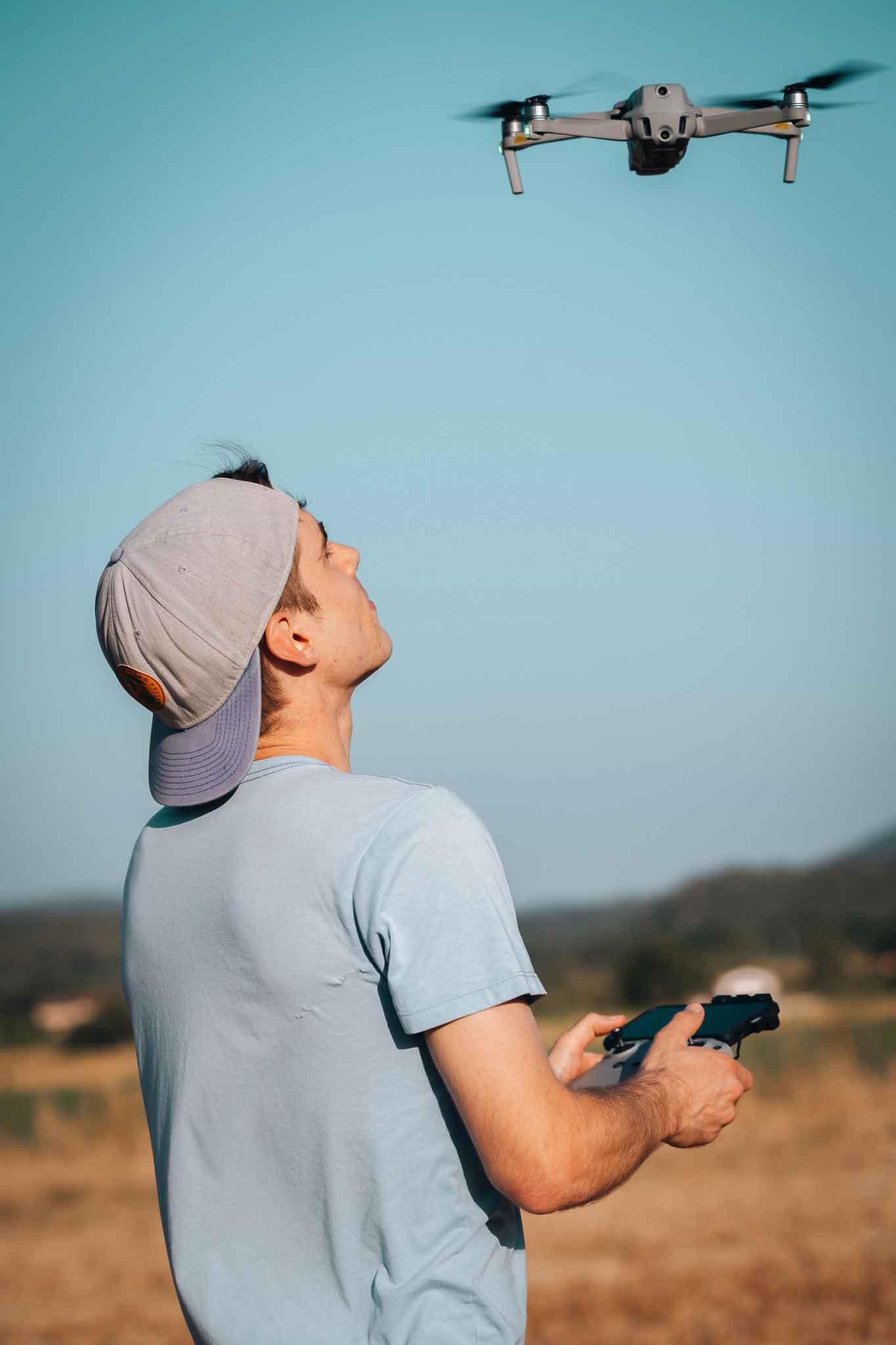 Simon Morice media en train de faire voler son drone
